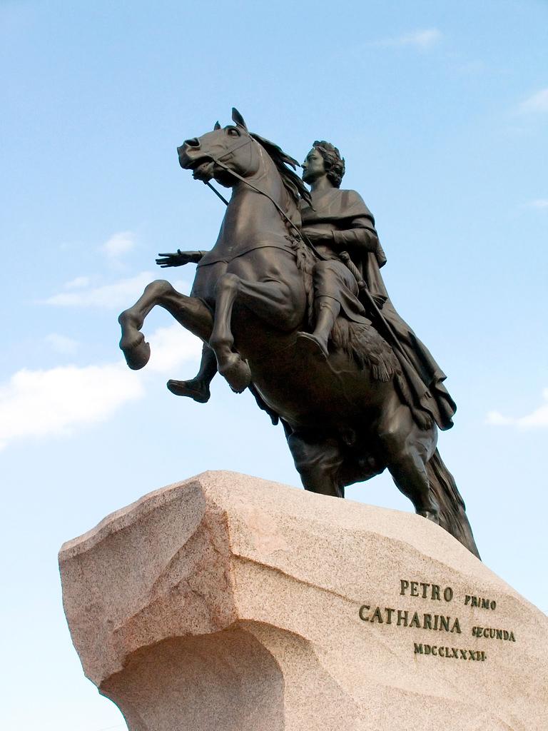 В 1775 году французский скульптор Этьен Фальконе начал скульптуру Петра I