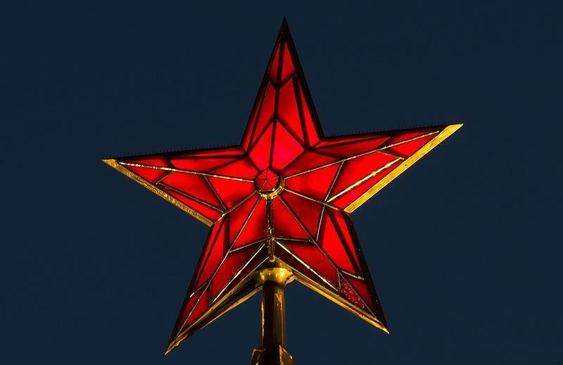 В 1937 году на пяти ÐºÑ€ÐµÐ¼Ð»ÐµÐ²ÑÐºÐ¸Ñ Ð±Ð°ÑˆÐ½ÑÑ Ð·Ð°Ð¶Ð³Ð»Ð¸ÑÑŒ рубиновые звезды