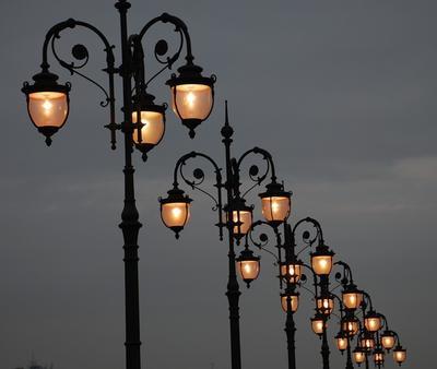 27 ноября в 1730 году был издан указ «О сделании для освещения в зимнее время в Москве стеклянных фонарей»