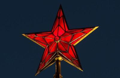 В 1937 году на пяти кремлевских башнях зажглись рубиновые звезды
