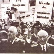 Ш. де Голль (слева) во время визита в ФРГ в 1962 г. Справа — К. Аденауэр