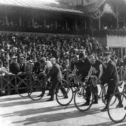 состязание велогонщиков