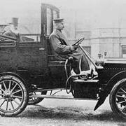 """В 1907 году газета """"Голос Москвы"""" известила подписчиков: """"Появился первый извозчик на автомобиле"""""""