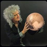19 ноября в 2002 году Брайан Мэй получил степень доктора астрономии