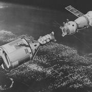 """стыковка - советского корабля """"Союз-19"""" и американского """"Аполлон-18"""""""