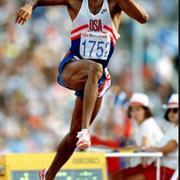 10 ноября в 1963 года родился американский легкоатлет Майк Пауэлл