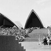 В 1973 году родилось одно из рукотворных чудес света — в этот день королева Великобритании Елизавета II открыла здание Сиднейской оперы