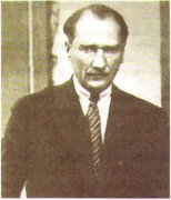 Мустафа Кемаль Ататюрк (1881—1938) — президент Турции в 1923—1938 гг. Фамилия Ататюрк («отец турок») была присвоена ему специальным решением парламента в знак признания его заслуг перед нацией.